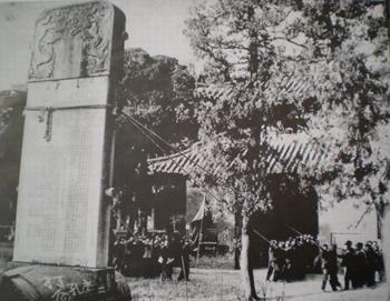 """""""Abajo con Confucio"""": los Guardias Rojos derriban la lápida Chenghua del Templo de Confucio en Qufu, en noviembre de 1966."""